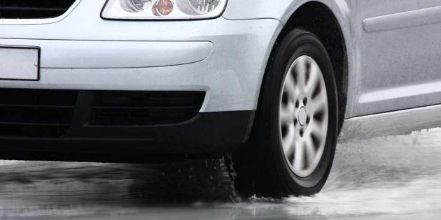 Aquaplaning: hoe te rijden op natte wegen