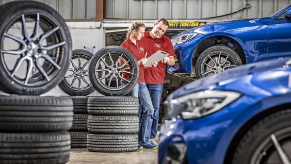 Auto Motor und Sport vergelijking UHP banden: zomerbandentest in de werkplaats