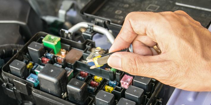 Hoe vervang je een doorgebrande zekering in je auto? Lokaliseer het zekeringenkastje onder de motorkap.