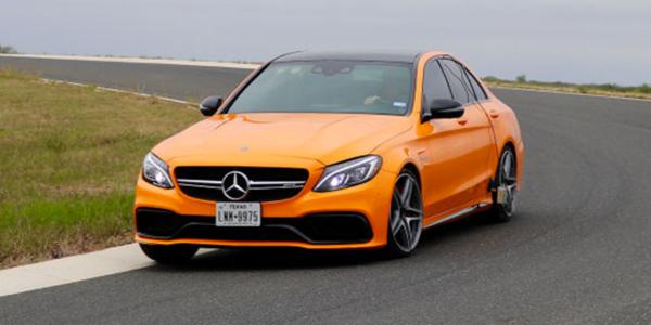 Vergelijkende sportbandentest: test van sportbanden in bochten met de Mercedes AMG