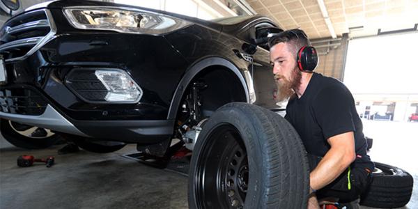 Vergelijkende zomerbandentest: montage van SUV banden