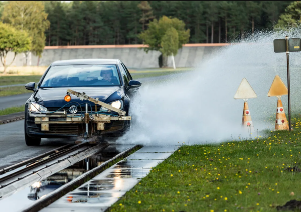 Zomerbandentest: ACE Lenkrad vergelijkt de remprestaties van de banden op nat wegdek