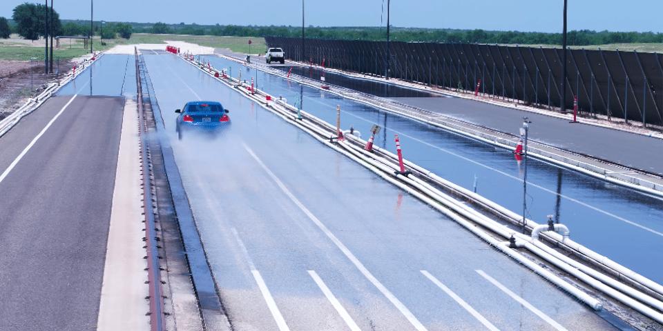Test UHP Tyre Reviews op nat wegdek